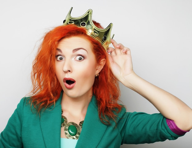 Молодая милая женщина в короне