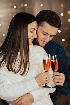 シャンパンをチリンと鳴らす若い恋人たち。