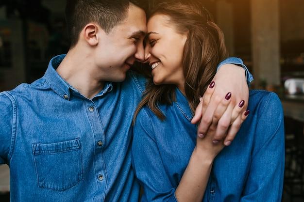 Молодые влюбленные смотрят друг на друга