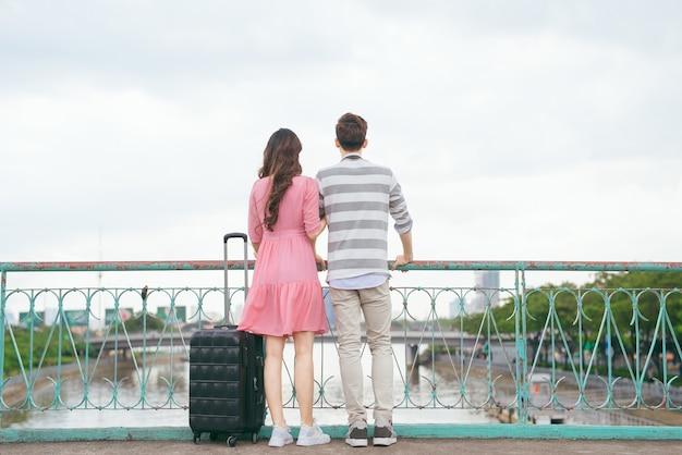 젊은 연인들은 휴가에 도시를 돌아다니며 함께 여행을 즐기고 야외에서 여행을 즐깁니다.
