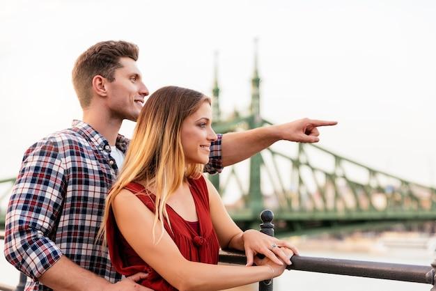 街で楽しんでいる若い愛情のあるカップル。観光コンセプト。
