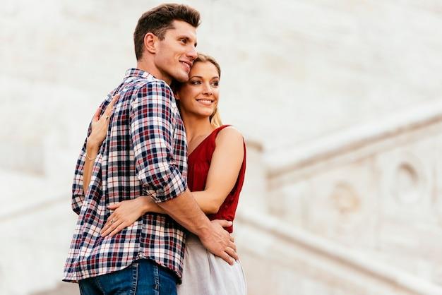 通りで抱き締める若い愛情のあるカップル。若い愛の概念。