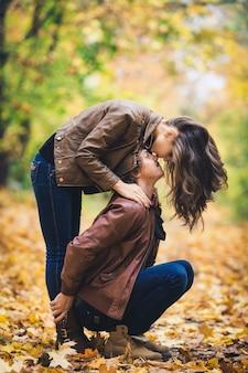 公園で秋の若い愛情のあるカップル