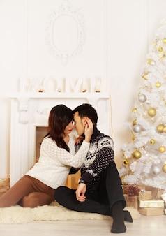 크리스마스에 사랑하는 젊은 부부