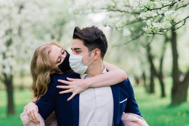 結婚式の日にフェイスマスクを着ている若い夫婦
