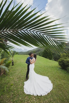 Молодая любящая счастливая пара на тропическом острове с пальмами
