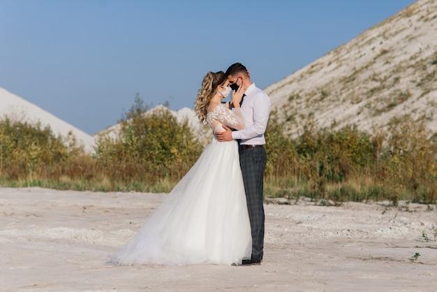 医療マスクと若い愛情のある結婚式のカップル