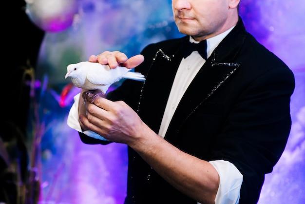 Молодой волшебник на шоу иллюзионистов Premium Фотографии