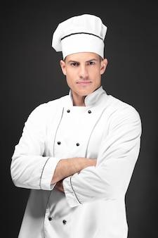 어두운 배경에 젊은 남성 요리사