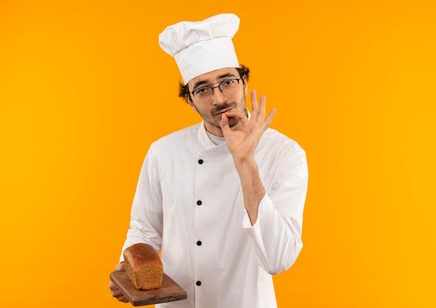 Молодой мужчина-повар в униформе шеф-повара и в очках