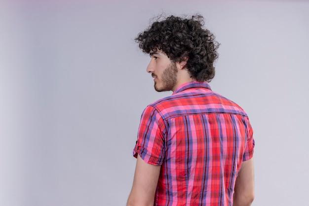 Giovane maschio capelli ricci isolato camicia colorata indietro