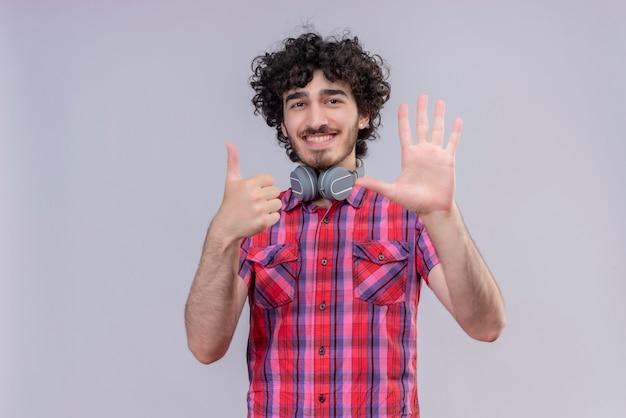 젊은 남성 곱슬 머리 절연 화려한 셔츠 헤드폰 여섯 손가락