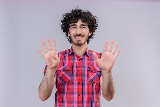 Giovane maschio capelli ricci isolato camicia colorata nove dita