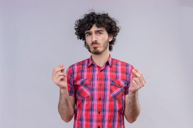 젊은 남성 곱슬 머리 절연 화려한 셔츠 손가락 스냅