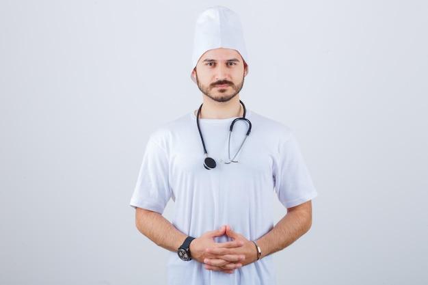 白い制服を着た若い男性医師