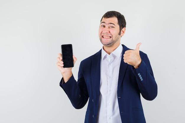 携帯電話を持っている若い男性