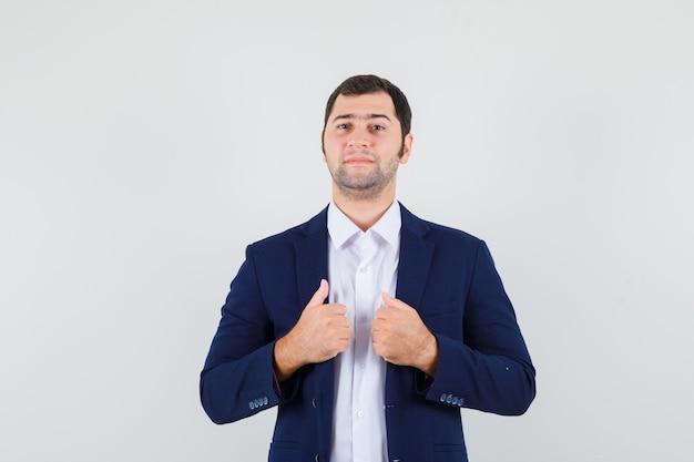 シャツを着た若い男性