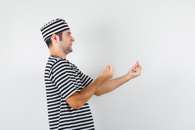 T- 셔츠, 모자 이탈리아 제스처를 하 고 바보 같은 질문에 불쾌 하 고있는 젊은 남성.