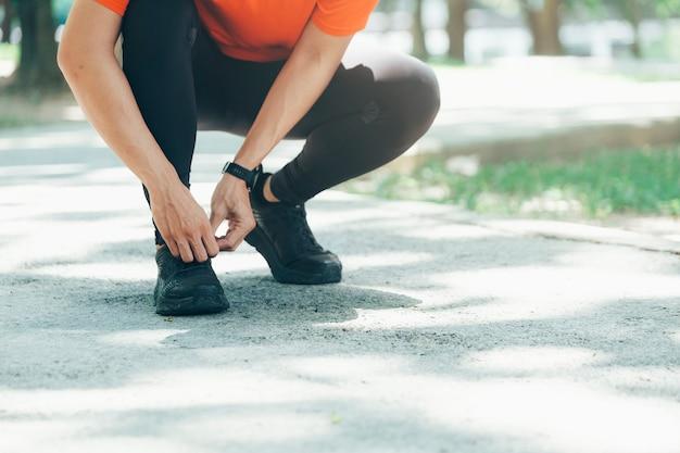 若い男性ジョガーアスリートのトレーニングと都市の屋外でのトレーニング。