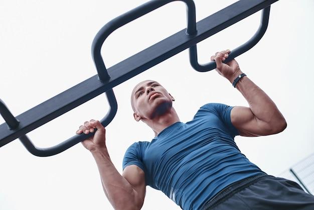 젊은 남성 조깅 선수 훈련 및 야외에서 운동을 하 고