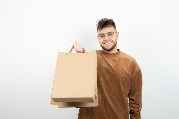 공예 가방을 들고 젊은 남성 모델.
