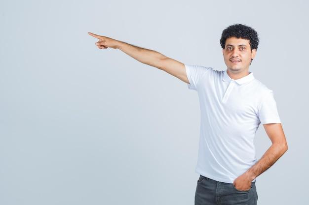 흰색 티셔츠, 바지를 입고 자신감을 보이는 젊은 남성. 전면보기.