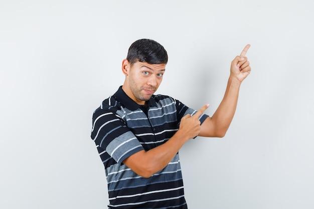 티셔츠를 입고 긍정적인 표정을 짓고 있는 젊은 남성. 전면보기.