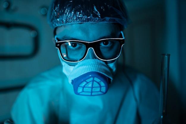 Молодой мужской исследователь, проведение научного эксперимента.