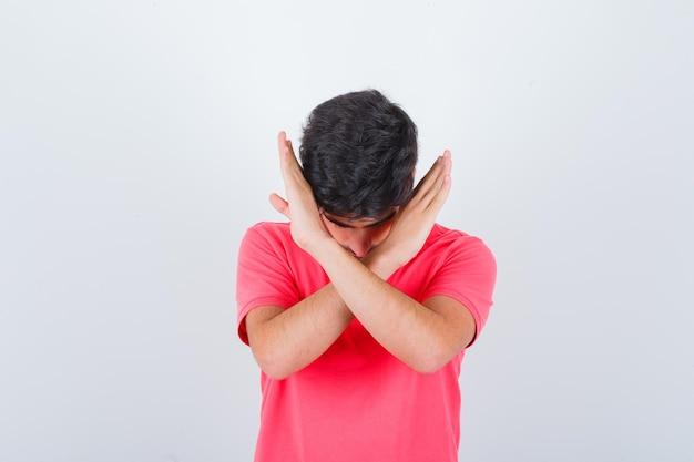 若い男性がtシャツで停止ジェスチャーを示し、怖がって、正面図を表示します。