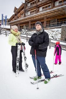 Молодой лыжник мужского пола отдыхает на вершине горнолыжного склона в альпах Premium Фотографии