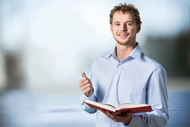クラスに立っている若い男性教師