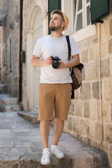モンテネグロの若い男性観光客