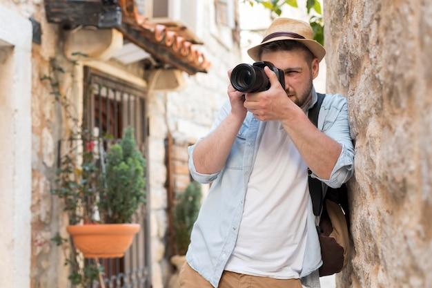 Молодой мужчина-турист в черногории
