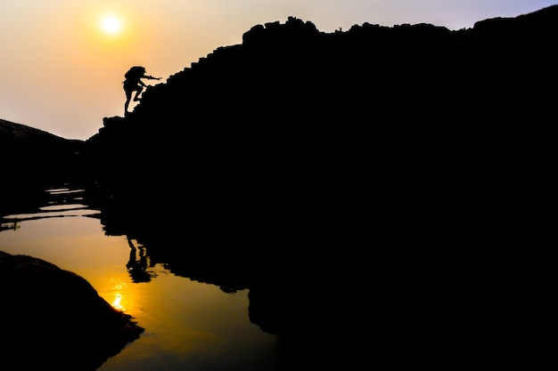 Восхождение на горы молодых туристов-мужчин. идеи для личного развития и жизненные цели альпиниста с рюкзаком.
