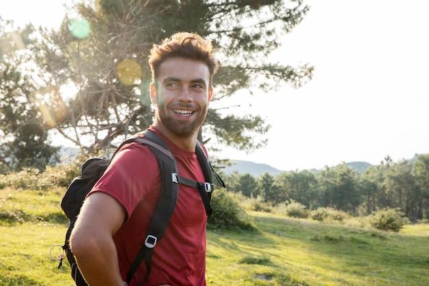 ハイキングに行く若い男性旅行者