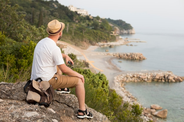 モンテネグロの若い男性旅行者