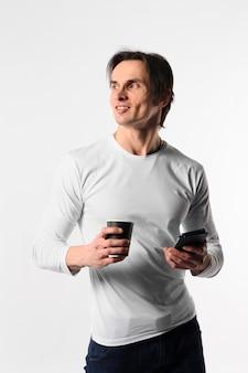 Молодой мужчина с мобильным