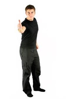 Молодой человек в черном, протягивая руку