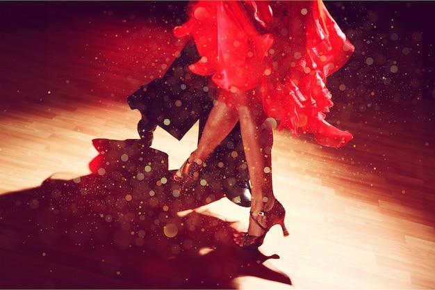 젊은 남자와 살사 춤을 추는 여자