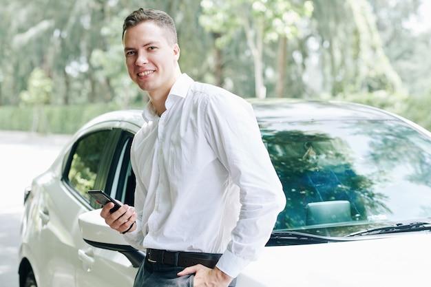 젊은 남자와 그의 차
