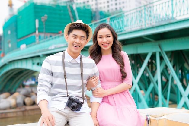 젊은 남자와 예쁜 여자는 저녁에 도시에서 즐거운 시간을 보내고 있습니다.