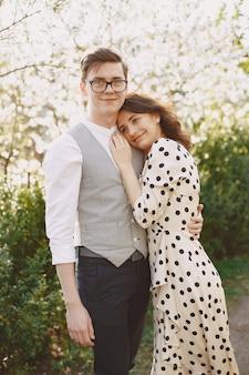 Молодой мужчина и женщина пара в цветущем саду