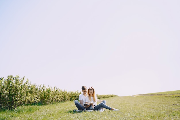 Пара молодой мужчина и женщина в поле летом