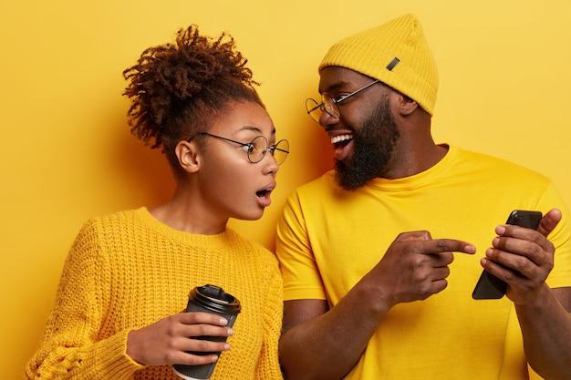 노란색 옷을 입고 젊은 남자와 여자