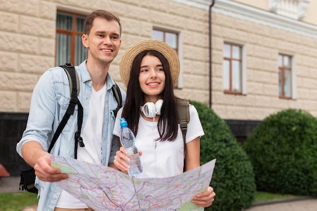 地図を持っている若い男と女