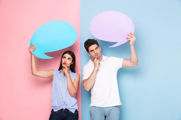 젊은 남자와여자가 화려한 벽 위에 절연 광고 copyspace 거품을 들고