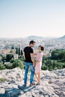 Молодой мужчина и женщина в любви на открытом воздухе на крыше концепция любви и отношений