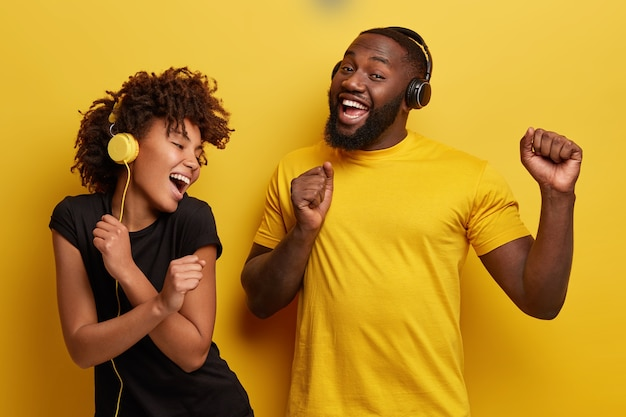 젊은 남자와여자가 헤드폰에서 음악을 듣고