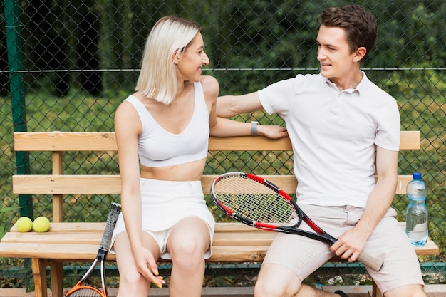 Молодой мужчина и женщина, глядя друг на друга