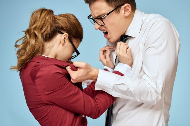 若い男性と女性のオフィスワーカーが通信します。